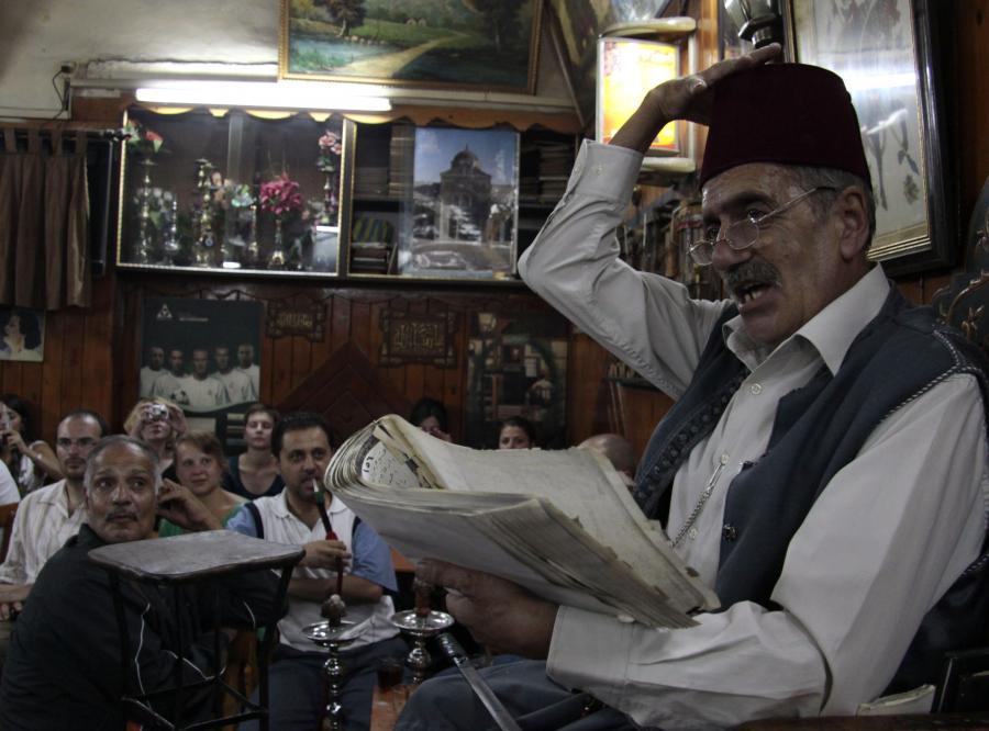 Hakawati, tradycyjny arabski bajarz występujący w Damaszku.