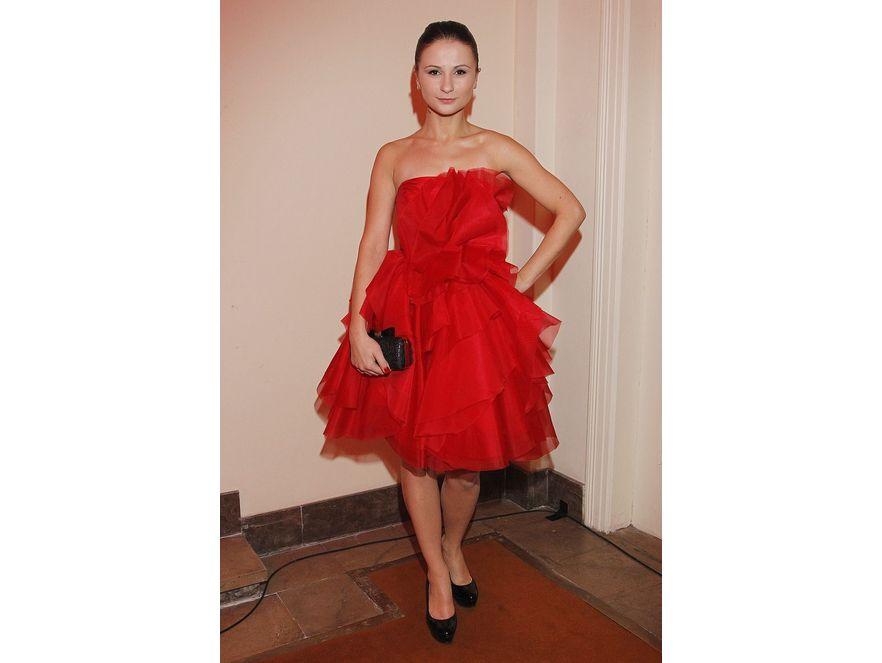 Olśniewająca Anna Wiśniewska w krwistej czerwieni kwiatowej sukni
