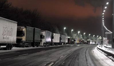 Zimowy paraliż. Tysiące ciężarówek utknęło w śniegu