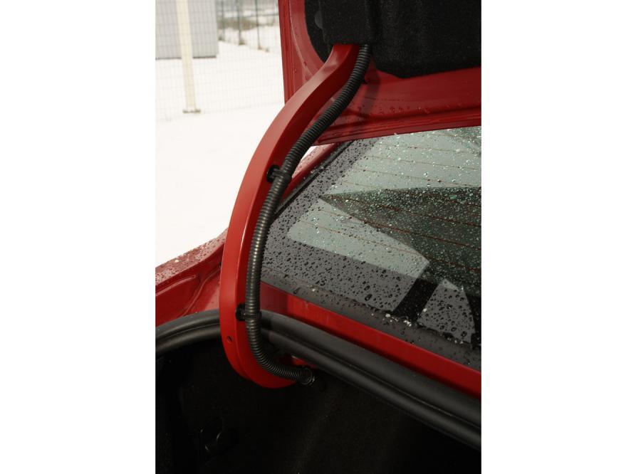 Bagażnik (pojemność 450 l) ograniczają wchodzące głęboko do wnętrza zawiasy. Minus za brak uchwytu do zamykania i cienką pokrywę nad kołem zapasowym - to zbyt radykalne oszczędności, jak na auto walczące o kieszeń wymagających europejczyków.