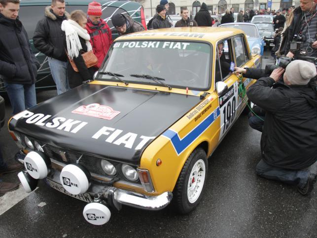 Polska załoga Andrzej Duszyński/Dariusz Bieńkowski w samochodzie Polski Fiat 125 przed startem do XIV Rajdu Monte Carlo Samochodów Historycznych
