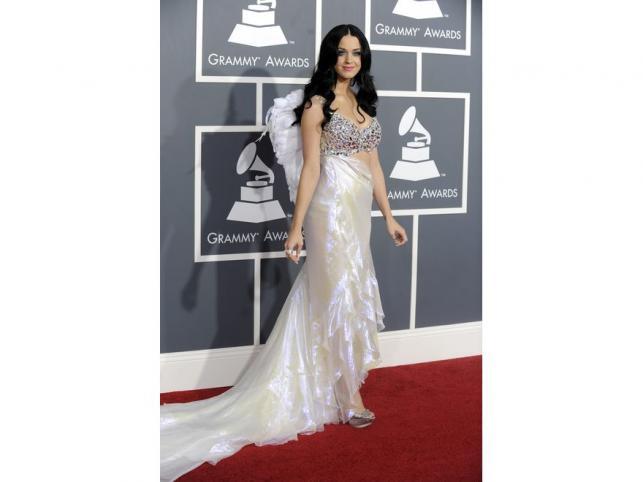 Katy Perry w połyskliwej sukni z trenem od Armaniego.