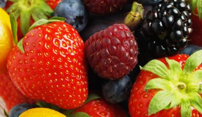 Jedzenie warzyw i owoców pomaga powstrzymać chęć sięgnięcia po łakocie