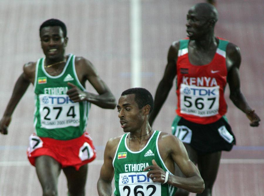Moses Mosop (z prawej)