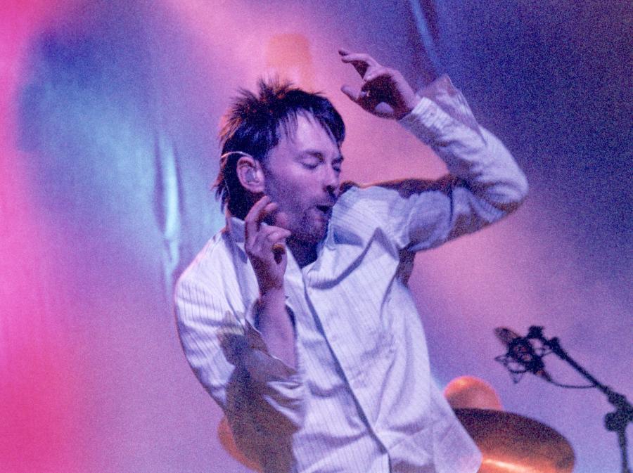 Thom Yorke na scenie z Radiohead