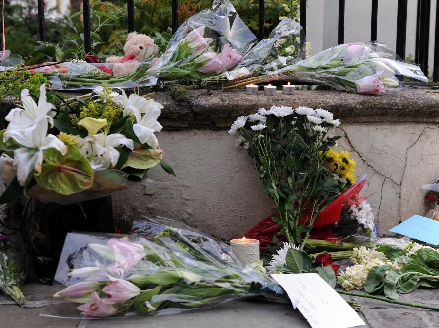 Kwiaty przed domem Amy Winehouse