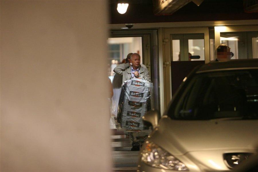Michał Boni sam odbiera swoje ubrania z pralni chemicznej