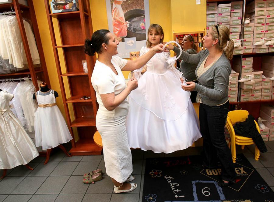 145103415b W salonach z sukienkami i garniturami komunijnymi ruch zaczął się już w  lutym