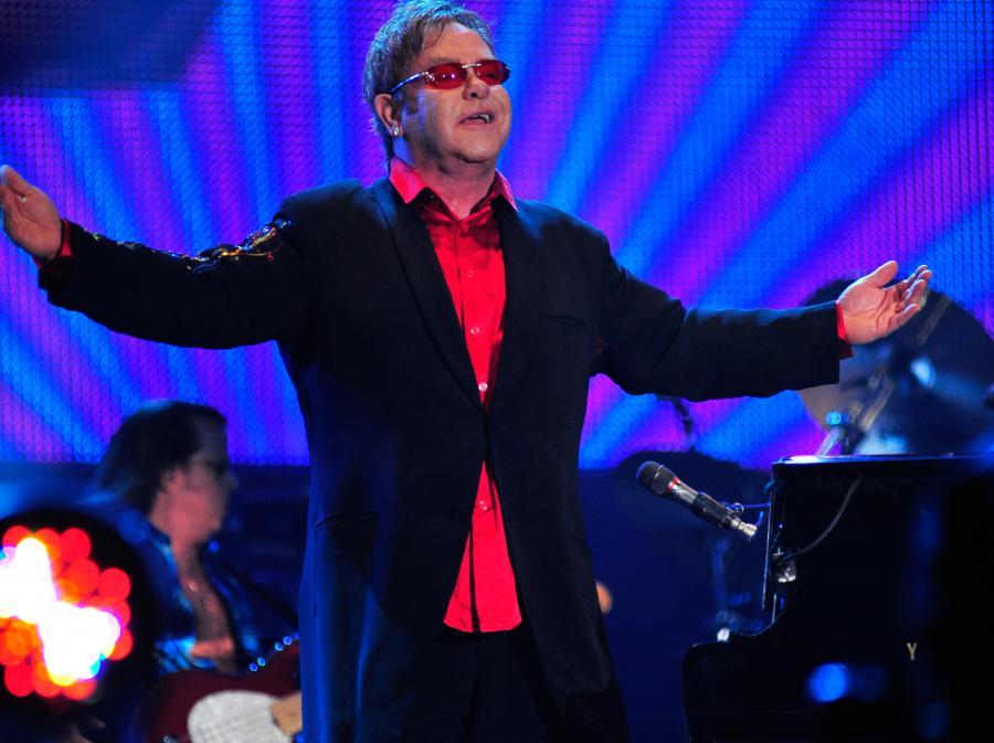 Elton John cofa się, by iść do przodu