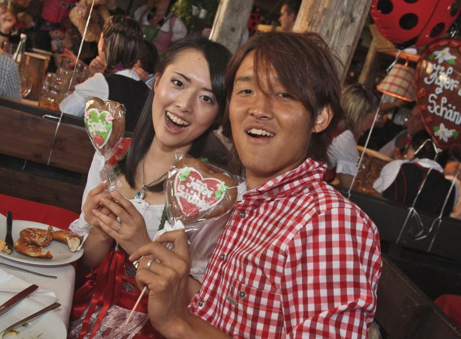 Piłkarz Bayernu Monachium Takahsi Usami z żoną Ran podczas Oktoberfest