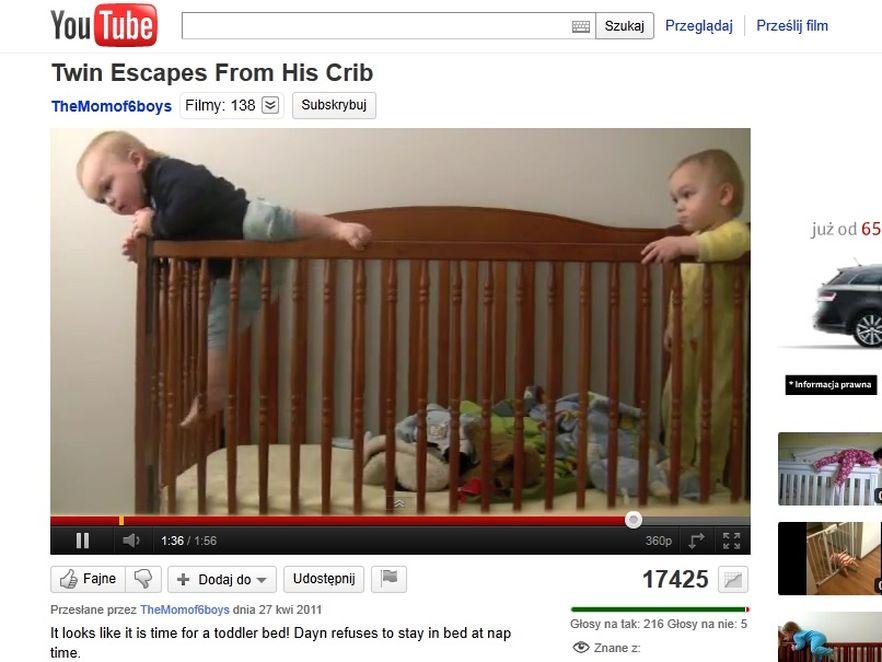 Chłopczyk ucieka z łóżeczka, by porwać kamerę
