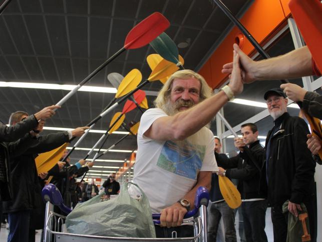 Powitanie na Okęciu Aleksandra Doby, pierwszego Polaka, który przepłynął kajakiem Ocean Atlantycki