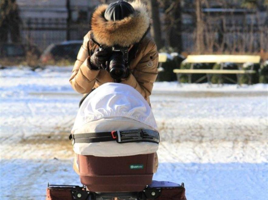 Anna Mucha z córeczką na spacerze.