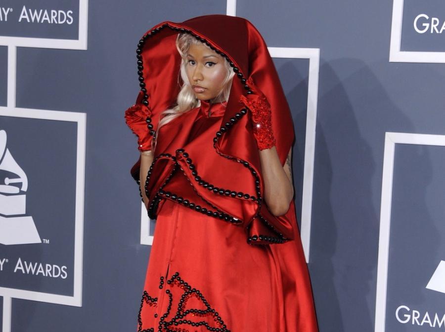 Nicki Minaj w czerwieni na czerwonym dywanie