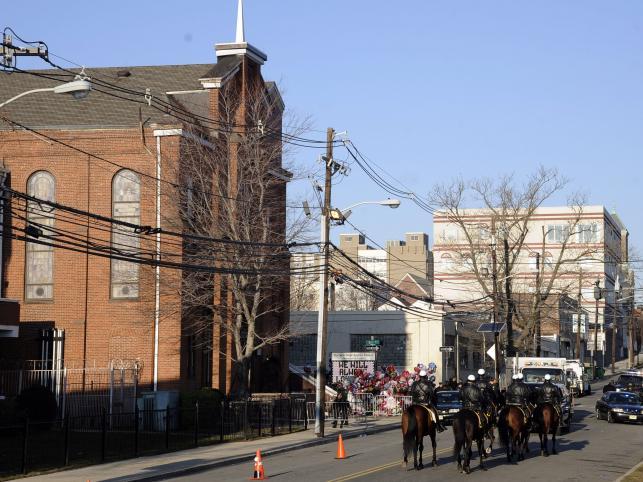 Transmisję z pogrzebu Whitney Houston będzie można śledzić przez internet. Ale fani i tak gromadzą się na ulicach wokół kościoła
