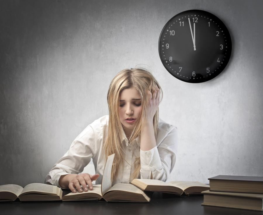 Dziewczyna uczy się do egzaminu