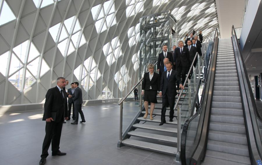 Paweł Graś i Donald Tusk na dworcu kolejowym w Poznaniu