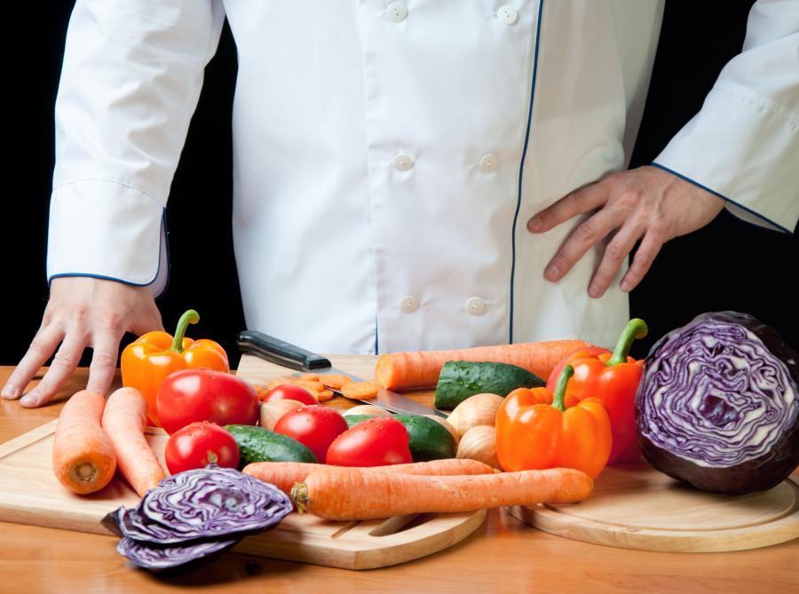 Kucharz przygotowujący warzywa