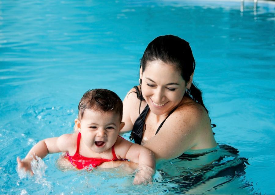 Matka z dzieckiem na basenie
