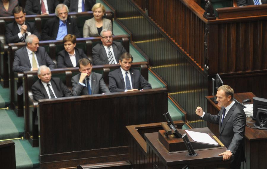 Premier Donald Tusk wygłaszający drugie expose