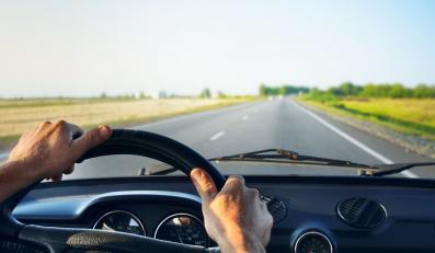 mężczyzna jedzie kieruje kierownica samochód