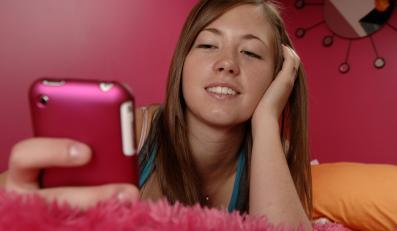 nastolatka smartfon telefon komórka dziewczyna