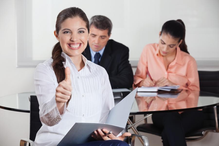 Kobieta zadowolona z rozmowy o pracę