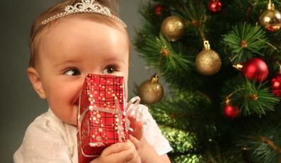 Dziecko z prezentem