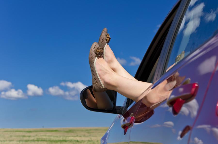Kobiece stopy w oknie samochodu