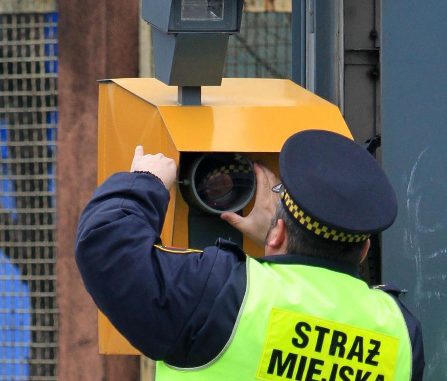 Strażnik miejski i fotoradar
