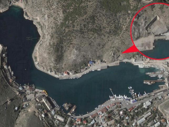 Bałakława. W tym miejscu remontowane były łodzie podwodne floty. Na zdjęciu widoczne wejście do podziemnej bazy łodzi podwodnych