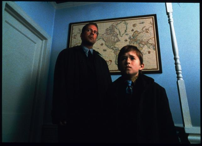 """Haley Joel Osment i Bruce Willis w filmie """"Szósty zmysł"""""""