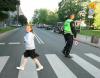 Warszawa. Dodatkowe patrole policji i straży miejskiej pilnują przejść dla pieszych w okolicach szkół