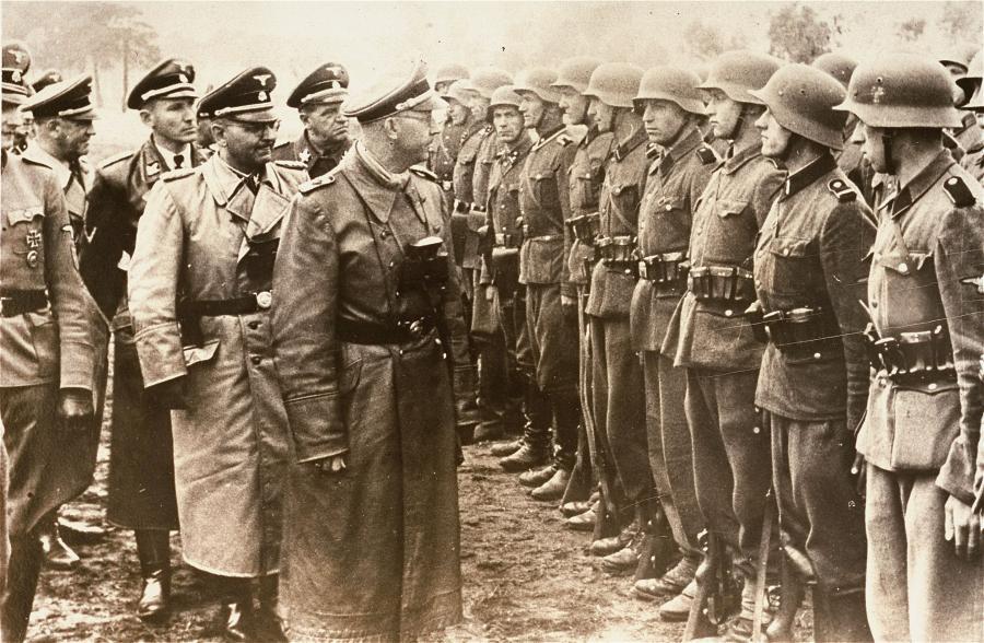 Heinrich Himmler wizytuje oddziały SS Galizien/ Zdjęcie pochodzi ze zbiorów Muzeum Holocaustu w USA