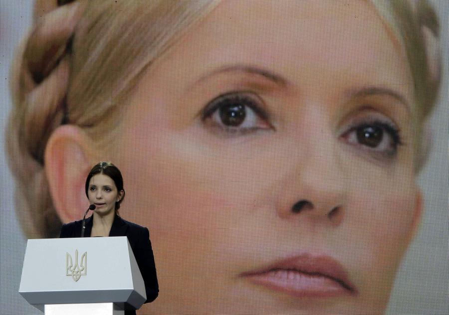 Jewgienia Tymoszenko, córka byłej premier, przemawia na tle portretu Julii Tymoszenko