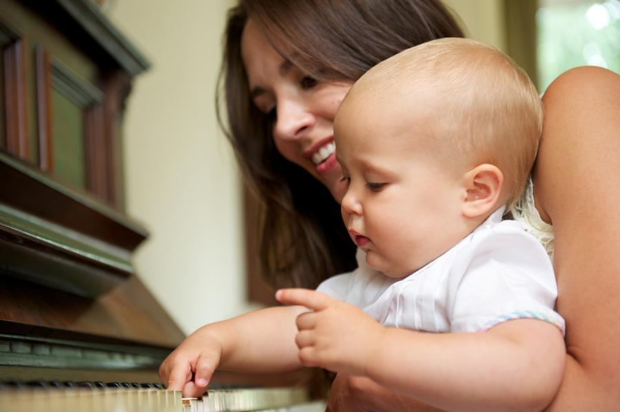 Matka z dzieckiem przy pianinie