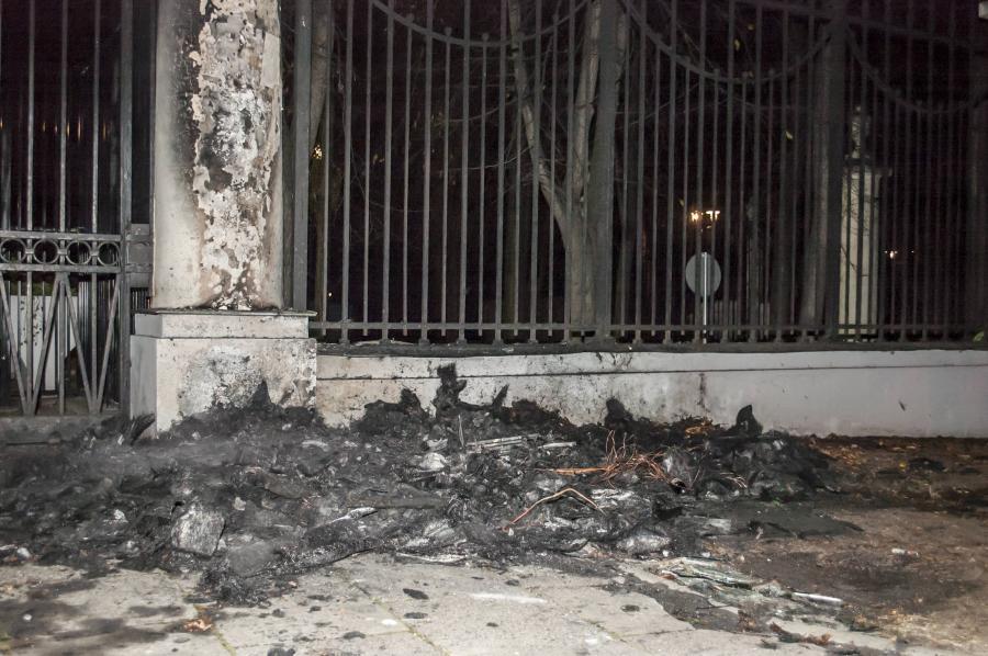Spalona budka strażnicza przed Ambasadą Rosji