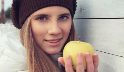 Kobieta z jabłkiem w ręku