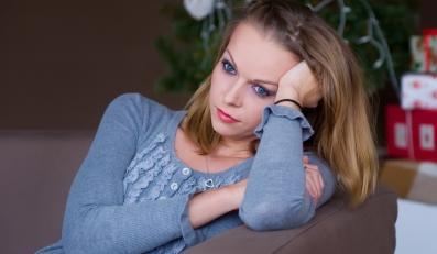 Smutna kobieta na tle choinki