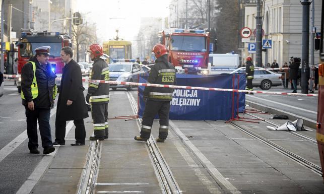 Tragedia w centrum Łodzi. Pijany motorniczy wjechał w auto. ZDJĘCIA