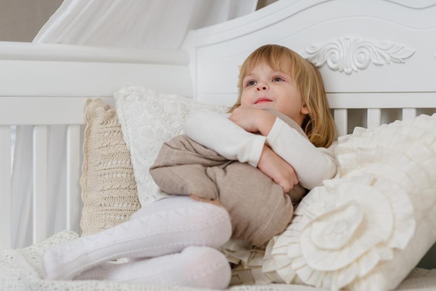 Dziewczynka na łóżku