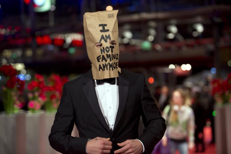 Shia LaBeouf z papierową torbą na głowie na festiwalu w Berlinie