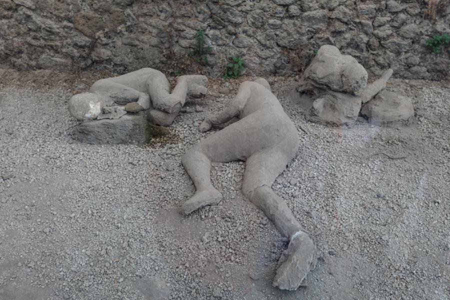 Zasypani przez wulkaniczny popiół mieszkańcy Pompejów