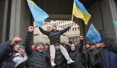 Krymscy Tatarzy przed parlamentem w Symferopolu. Nie pozwalają na odłączenie tej części Ukrainy