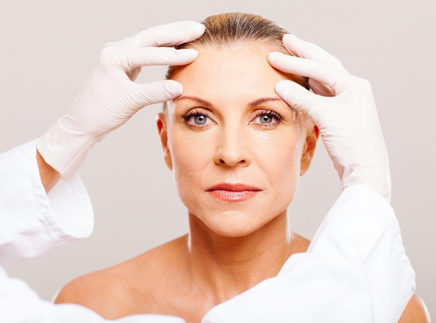 Kobieta u dermatologa