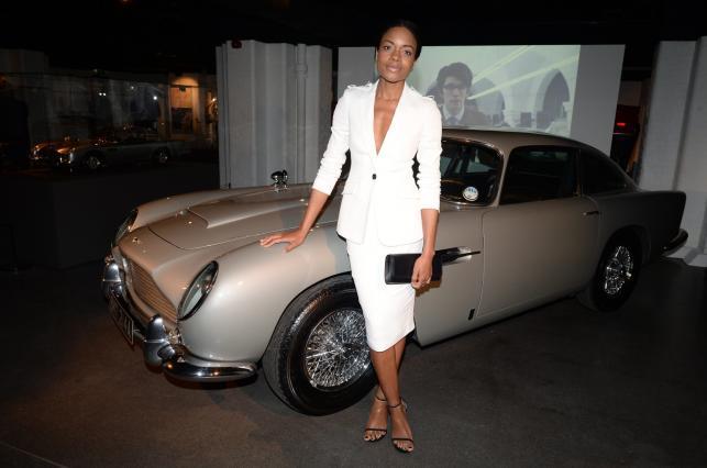 """Naomie Harris i Austin Martin DB5 na wystawie """"Bond in Motion"""" w Londynie"""