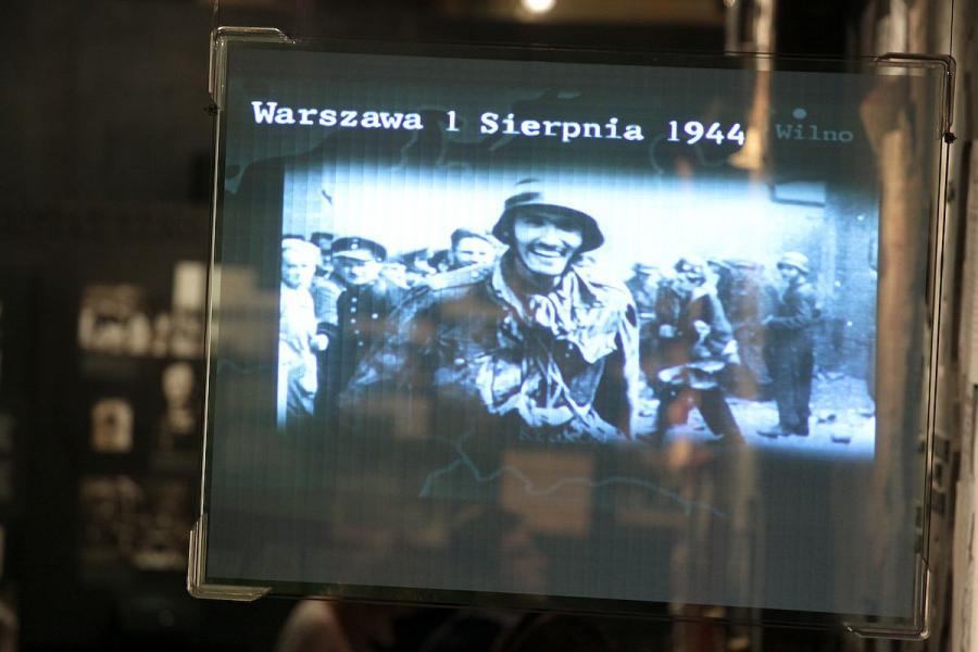 Witold Kieżun ze zdobyczną bronią. Zdjęcie z Muzeum Powstania Warszawskiego