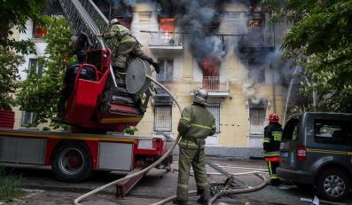 Strażacy walcżą z ogniem w komisariacie policji w Mariupolu