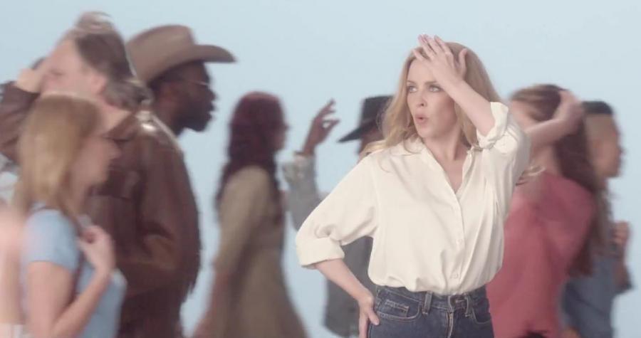 Kylie Minogue wśród przechodniów w klipie do piosenki \