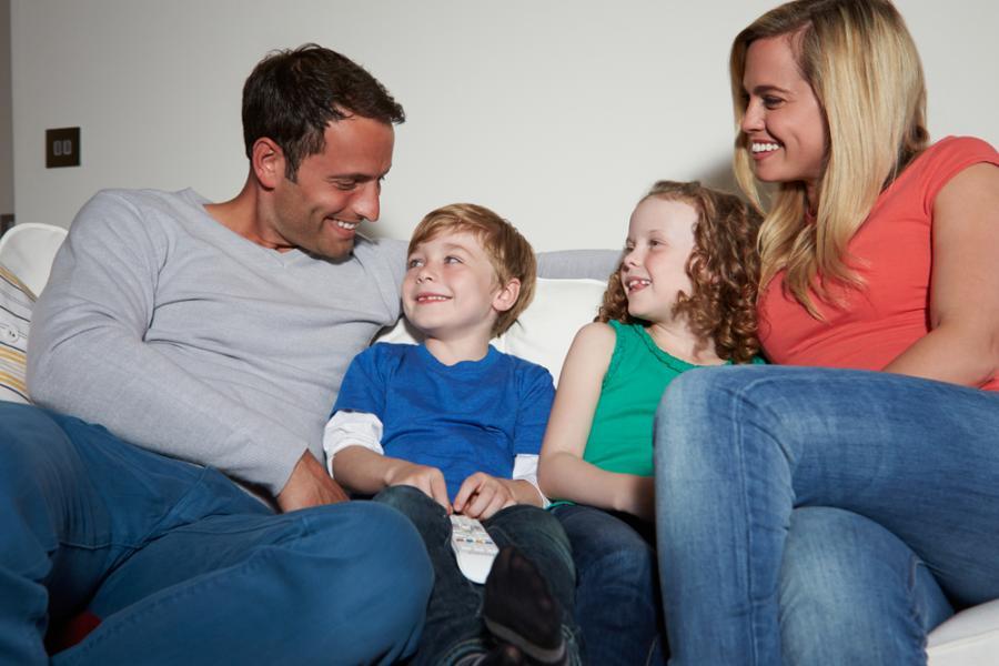 Rodzice rozmawiający z dziećmi